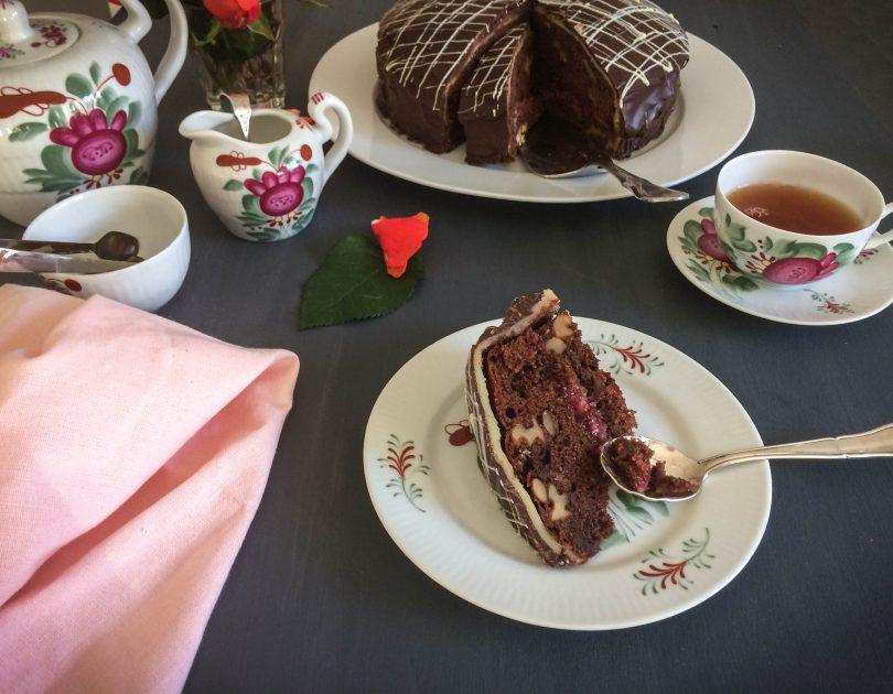 Walnuss-Kuchen mit Preiselbeer-Kirschwasser-Marzipan