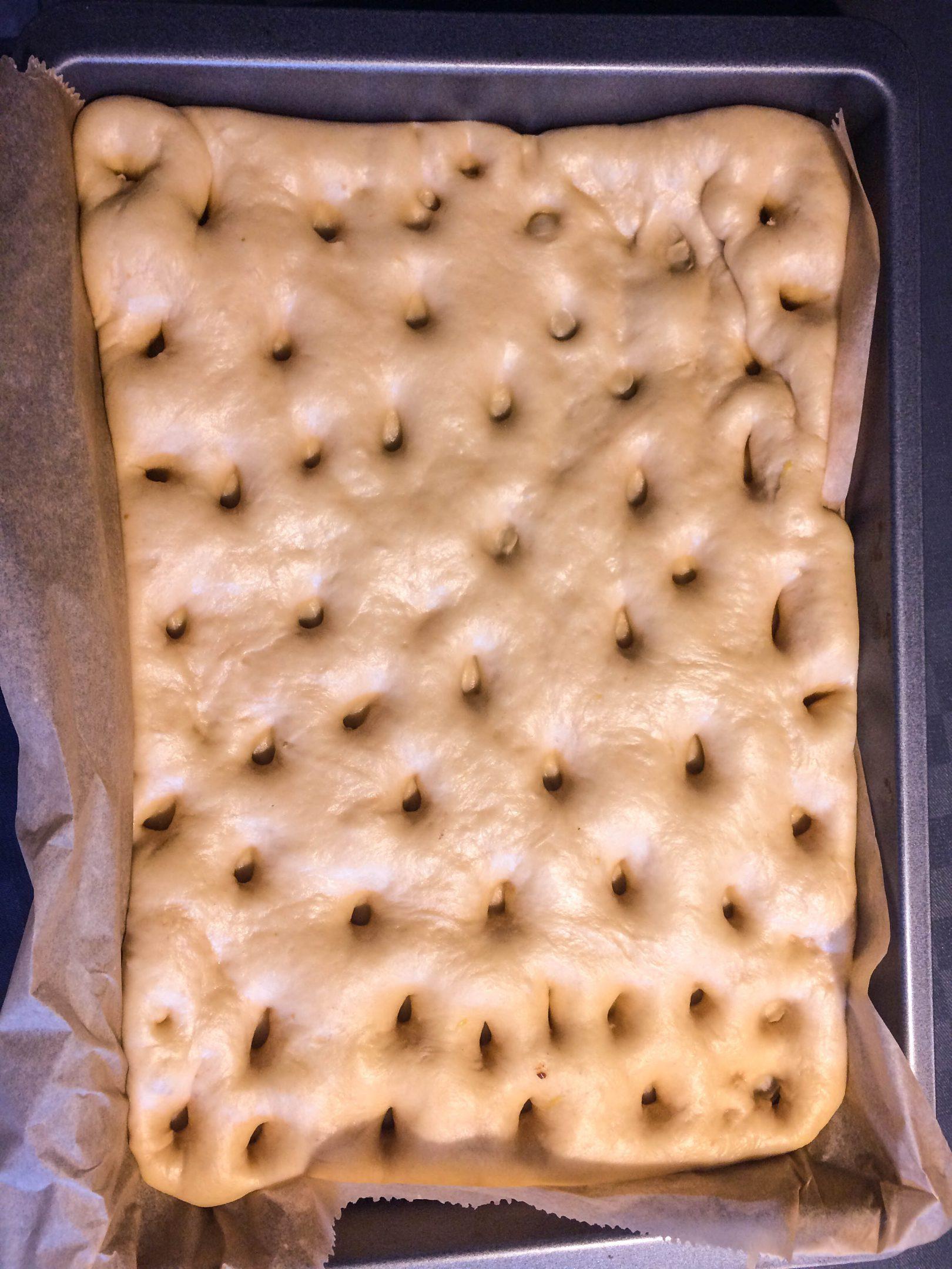 Butterkuchen mit Pudding und Sahne