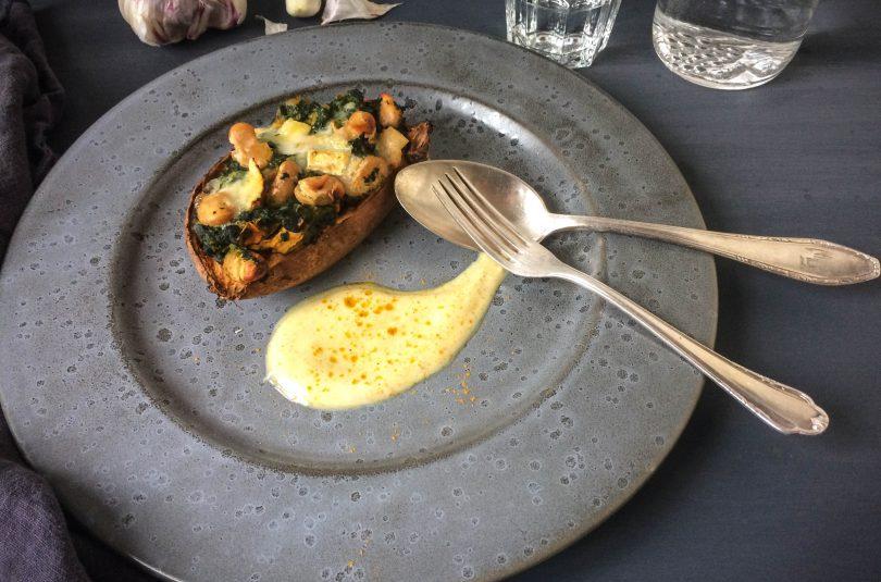 Süßkartoffel mit weißen Bohnen, Spinat und Ziegenkäse