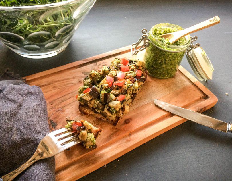 Frisches Brot mit Aubergine und Petersilien-Pesto