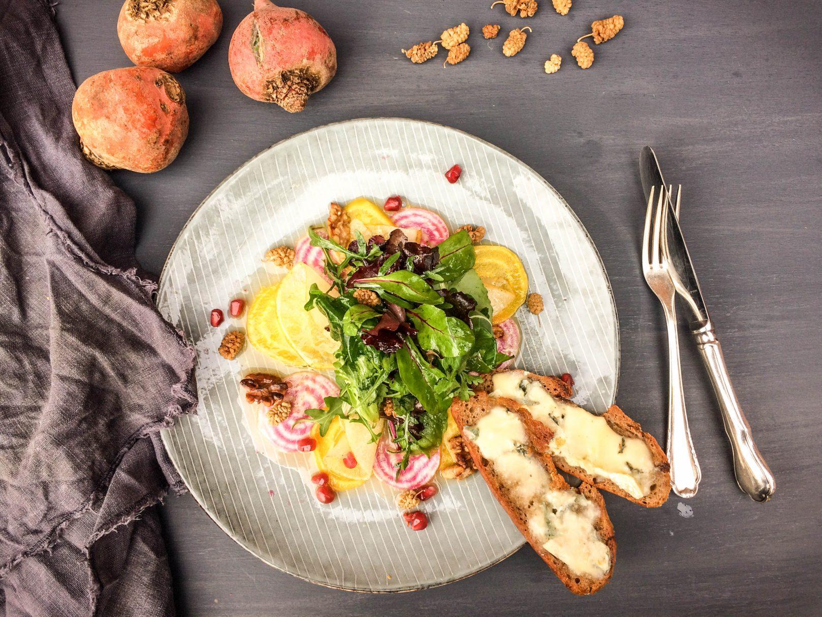Wildkräutersalat, Ringelbete, Birne und Maulbeeren