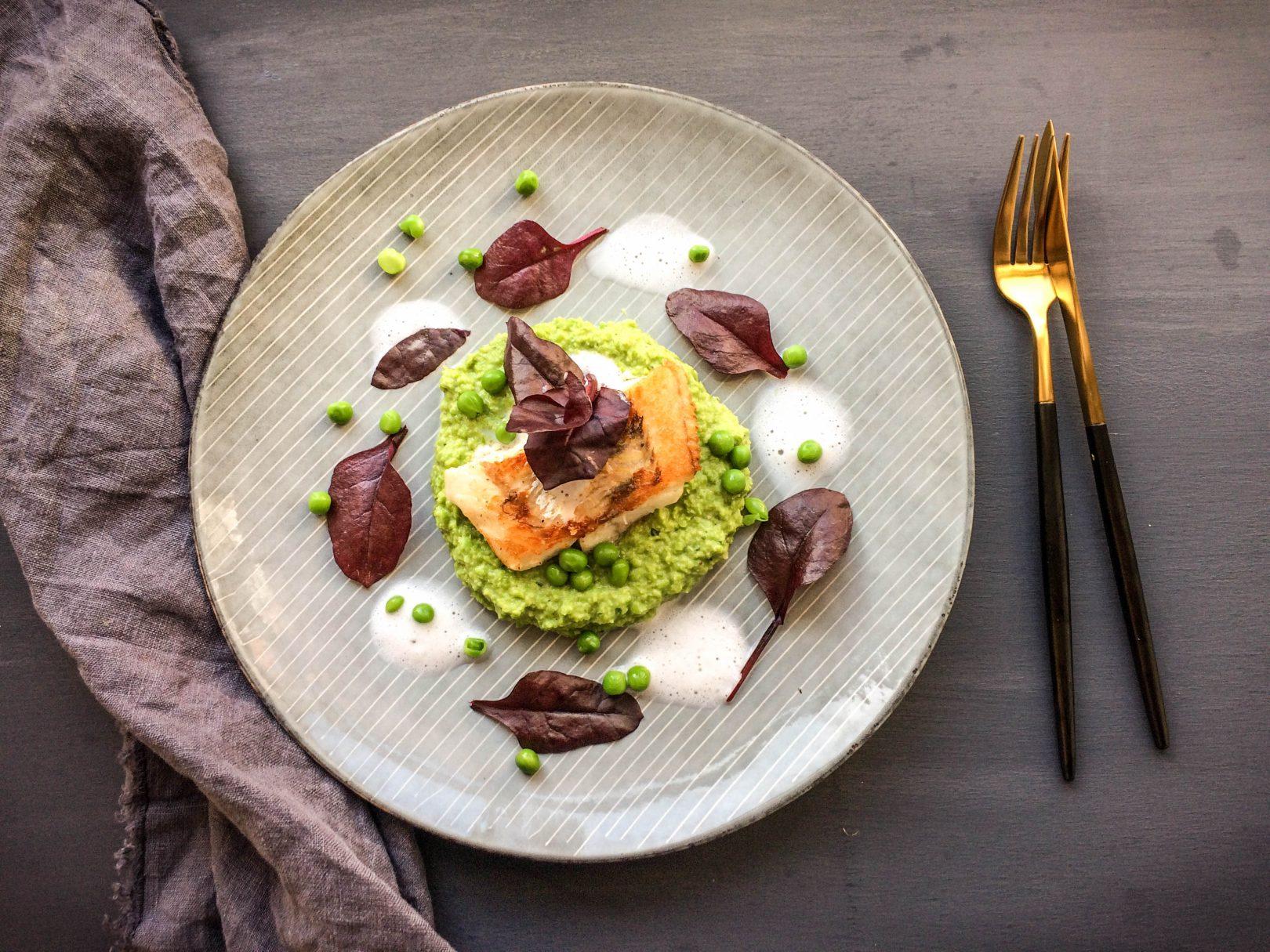 Zander mit Erbsen-Hummus und Molkeschaum