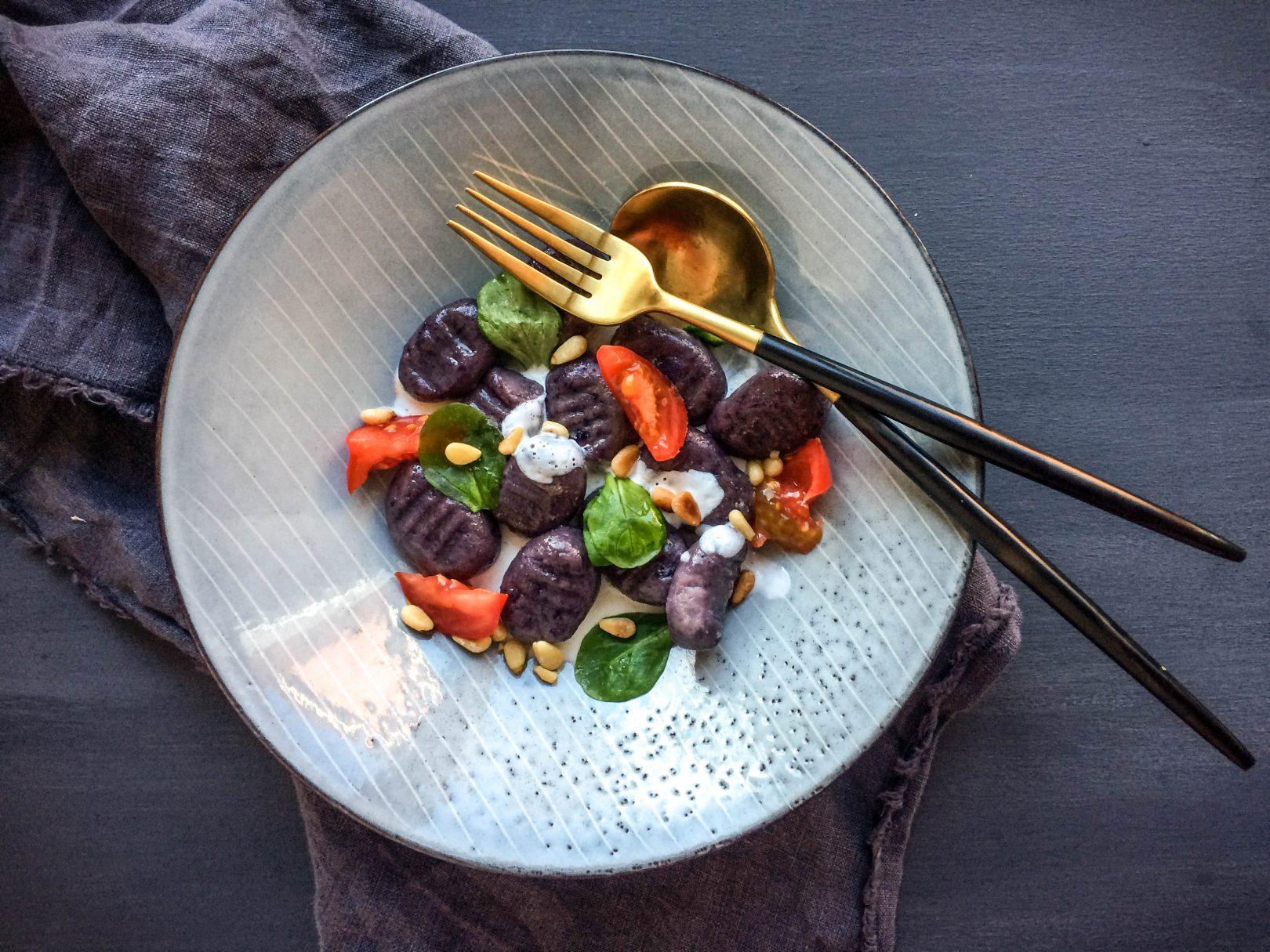 Violette Gnocchi mit Ziegenkäse-Sauce und Pinienkernen