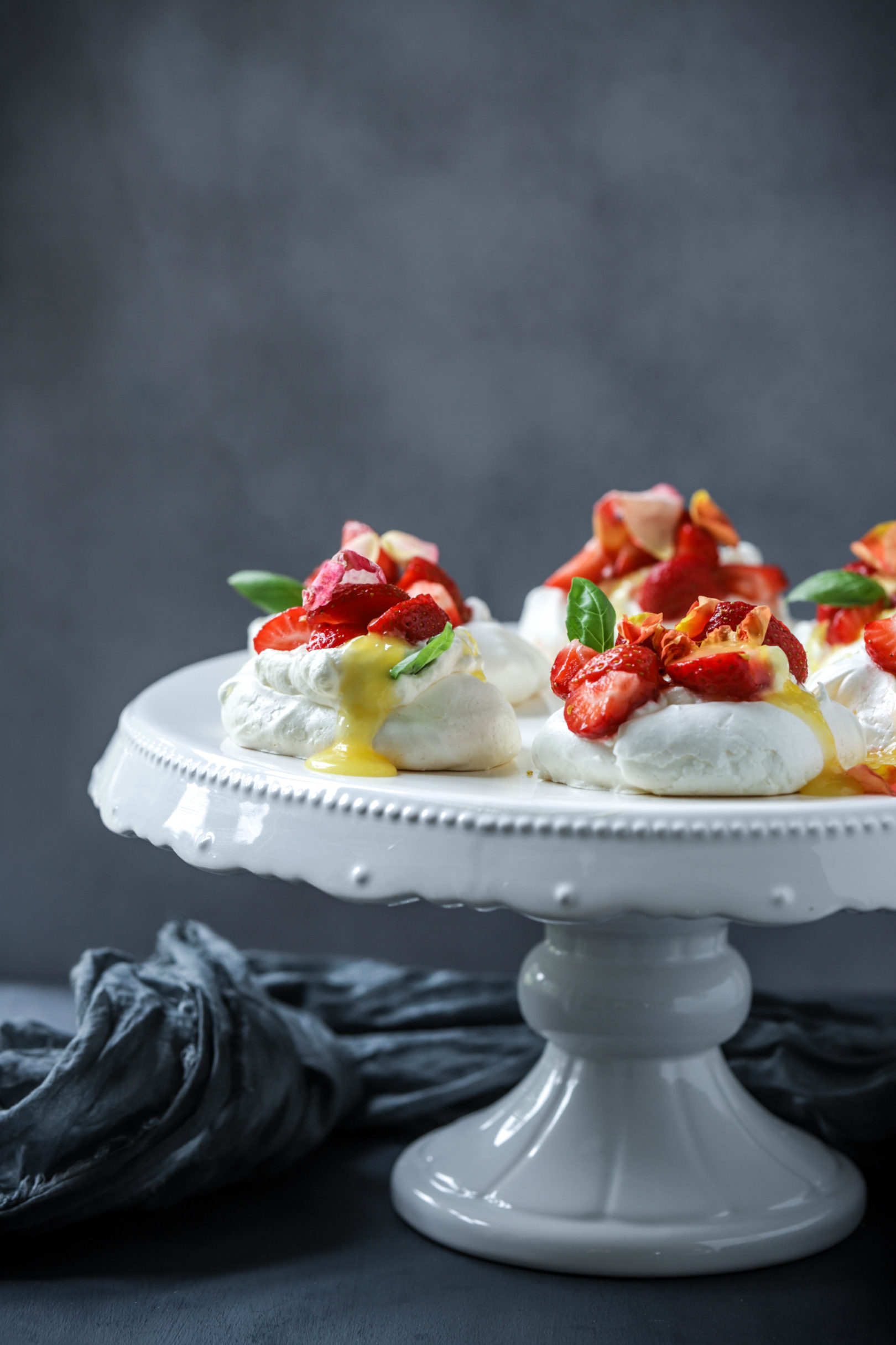 Pavlova mit Safran-Baiser, Kardamomsahne, Lemoncurd, Erdbeeren und Sahne