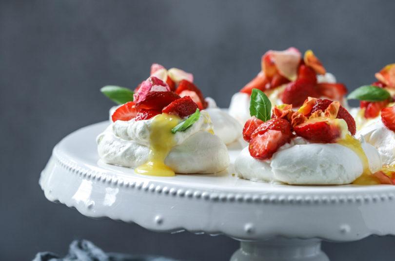 Pavlova mit Safran-Baiser, Kardamomsahne, Lemoncurd, Erdbeeren und Rosenblättern